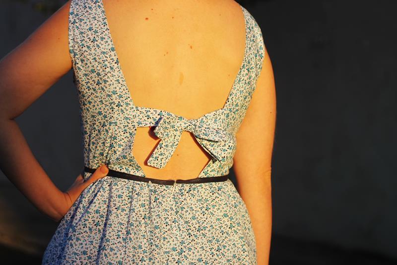 vestido com laço nas costas