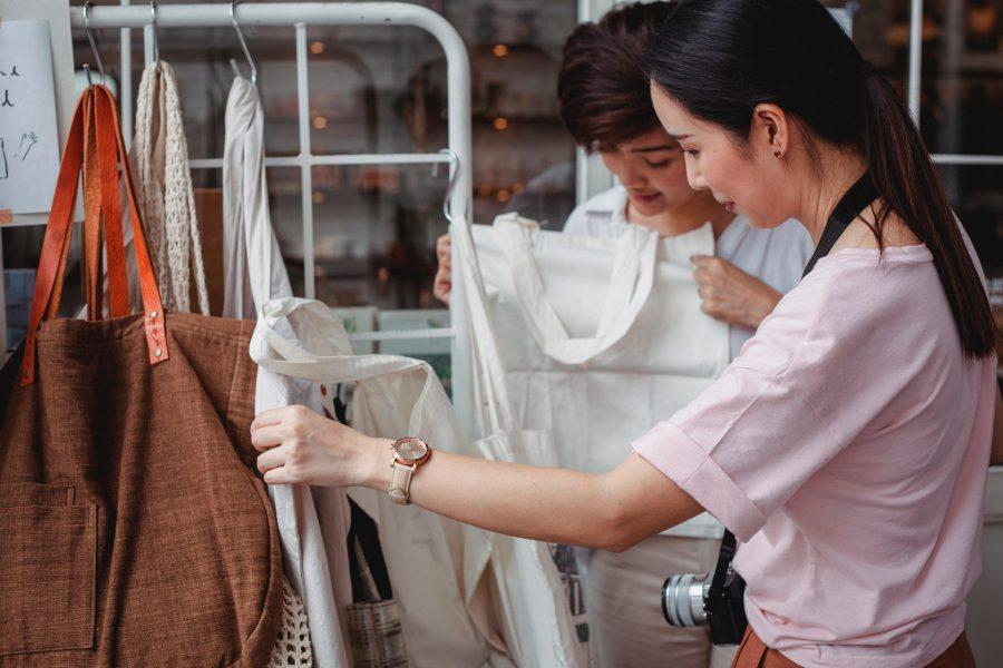 Moda sustentável: o que é e 4 formas de transformar suas roupas usadas
